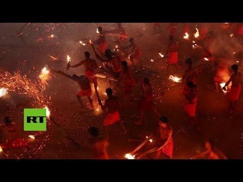 Jugar con fuego... sagrado: La peligrosa pelea de antorchas en la India