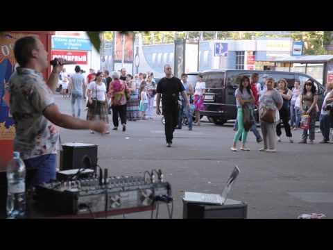 Вот это да! Уличный музыкант сделал всю нашу эстраду!