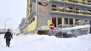 Италия  пострадавшие от землетрясения районы засыпало снегом