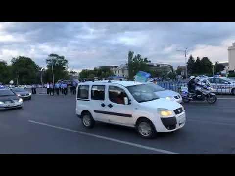 Grupul de protestatari din MOLDOVA, traversand Piata Victoriei, excortati de politie ?????