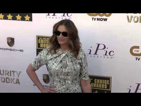 Julia Roberts still swoons over husband Mp3