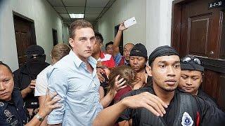 Малайзия: туристов-нудистов настигла расплата(Четыре западных туриста, привлечённые к суду в Малайзии, признали свою вину. Находясь в составе группы из..., 2015-06-13T09:09:51.000Z)