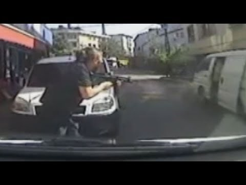 Sancaktepe'de polisle gasp çetesi arasında silahlı çatışma görüntüleri