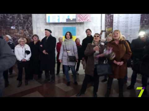 Флешмоб на жд вокзале одесситы спели Смуглянку видео