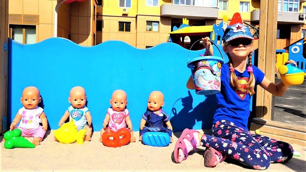 Полина играет в прятки с куклами на детской площадке