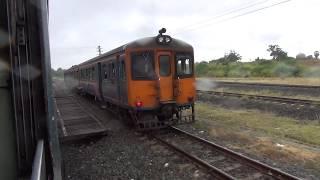 東南アジアの老朽列車 お手洗いに行くには外に出る冒険?