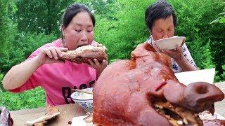 胖妹嘴馋,买一个8斤的猪头,和76岁的奶奶一起啃,实在是太过瘾了【陈说美食】