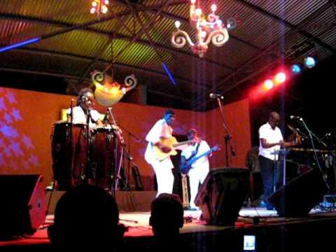 Oliver Mtukudzi - Ndatoneta - Live in Swaziland