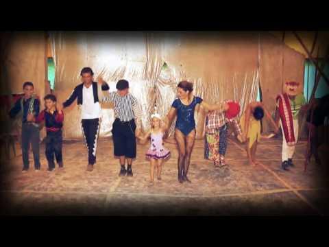 Família que perdeu circo em uma tempestade ganha surpresa no palco do Domingo Show