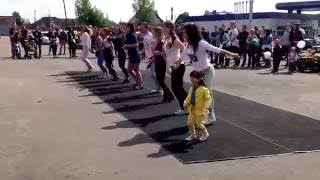 Зумба для начинающих  Zumba Fitness/The Little Girl At The Zumba Convention !!