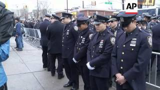 Members of the NYPD turn their backs as New York City Mayor Bill de Blasio speaks at the funeral of