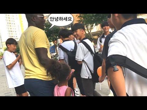 Korean Teenagers React To Black Husband Speaking Korean In Public - Last Week In Korea 2019 Vlog #10