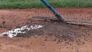 NYM@NYY: Grounds crew fixes the pitcher