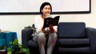 Carolina Urbano lee sus poemas del libro Poetas en la UCEVA.