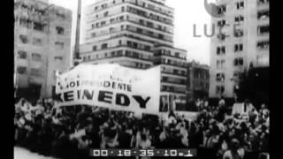 Kennedy accolto calorosamente dalla folla a Città del Messico.