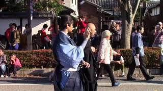 キャッスルロードでのパレード中、笑顔で声援に応える新井美羽ちゃん、...