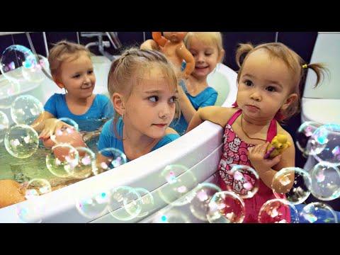 Дети купают новорожденного! Купания бэби бон и игры. Мийчонок в гостях.