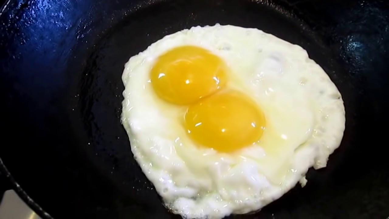 Huevo batido cocinado en un sarten frances