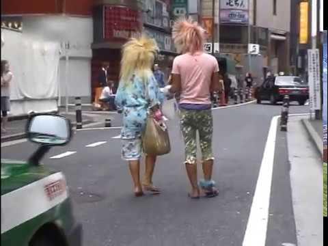 歌舞伎町で見かけた路上で下着を晒す女