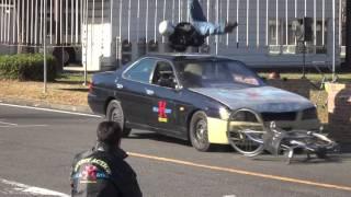 スタントマンによる交通事故再現(スケアード・ストレイト)