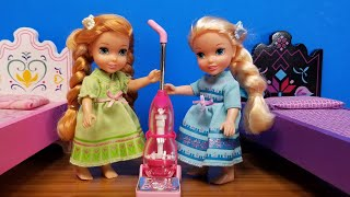 Cleaning the Room ! Elsa \u0026 Anna toddlers - movie night