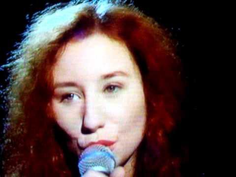 """Tori Amos 1992 """"later with jools holland"""" ME AND A GUN -pt 2"""