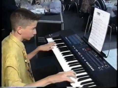 עמית איצקר מנגן בבר מצווה שלו Amit Itzcar plays at his Bar-Mitzva