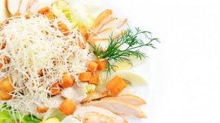 Салат из курицы и сыра с гренками