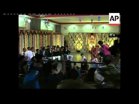 Obama And Wife Dancing With School Children In Mumbai