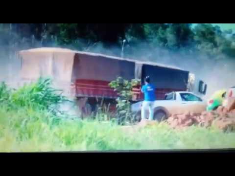 Carreta tomba e outra quase atropela equipe de reportagem em rodovia
