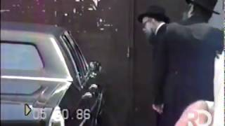 The Rebbe waves as he leaves to the Ohel | Iyar 5746