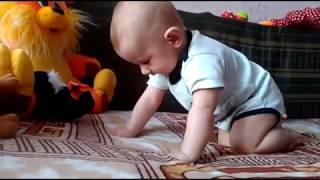 малыш учится ползать, прикол, смешные дети