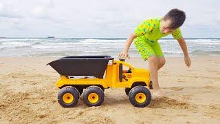 아드리아나와 알리 해변에서 모래 장난감을 치다 |어린이…