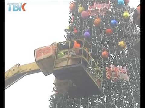 Сразу две фирмы наряжают новогодние  елки в Липецке