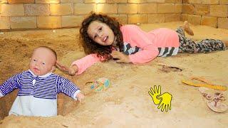 👋🏻 LIBRAS 👋 Mamãe finge estar dormindo e brincamos muito juntas na areia