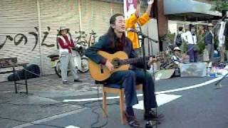 This Spanish song he sings here is short but very rhythmic. 比較的...