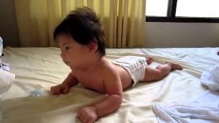 видео Ребенок в 3 месяца не держит голову лежа на животе