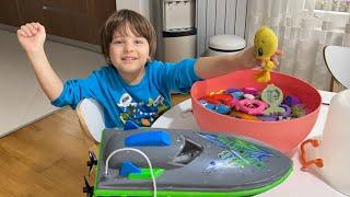 Fatih Selim leğende oyuncaklarını yıkıyor.uzaktan kumandalı tekne suda çalışmıyor bozulmuş.