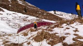 Baixar Paragliding on a beautiful winterday in the alps