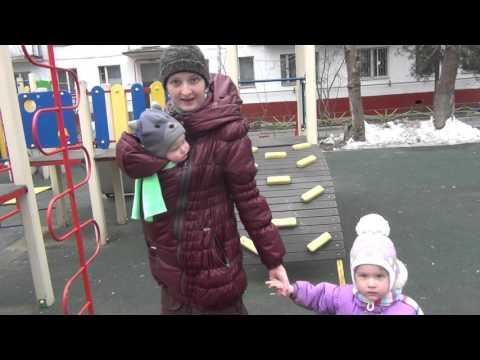 видео: Прогулка с двумя детьми