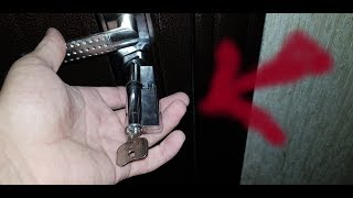 Как самостоятельно заменить личинику замка входной двери