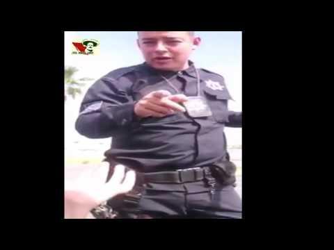 Policía de Monclova no puede bajar a una mujer de su auto