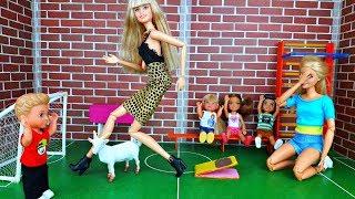 ПРЫЖКИ ЧЕРЕЗ .. КОЗУ ! На уроке Физкультуры ! Школа Барби - Играем в куклы