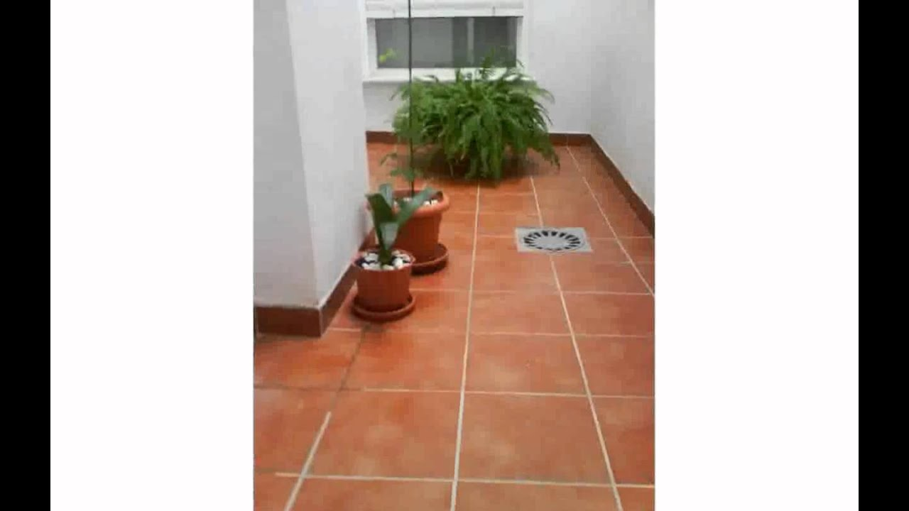 Fotos de patios peque os decorados youtube for Pisos para patios interiores