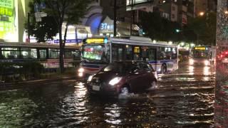 川崎駅 銀柳街交差点 大雨で冠水