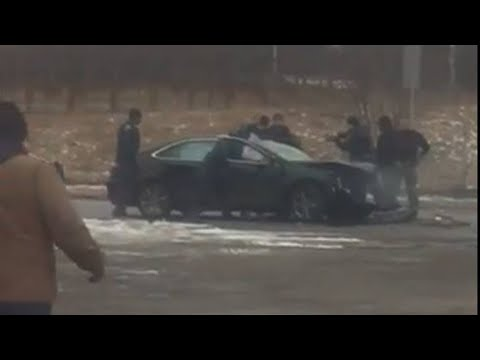Video shows police bust windows on car after chase, crash in Detroit