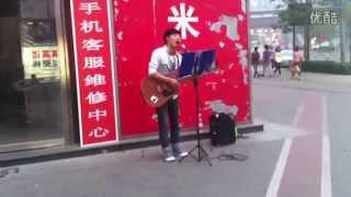 北京街頭歌手吉他伴唱《你的樣子》好聽到爆,忍不住單曲循環 thumbnail