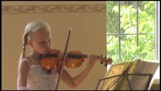 Ирочка играет на скрипке