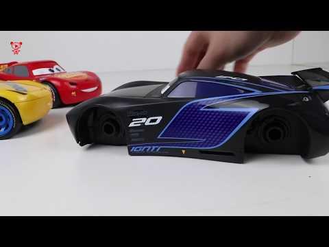 Cars vs Dinosaur: Lightning McQueen, Jackson Storm, Cruz Ramirez construisent des voitures