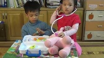 Trò chơi bác sĩ khám bệnh cho em bé | em bé tập làm bác sĩ với bộ đồ chơi khám chữa bệnh cho trẻ em